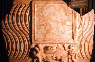 Fronte di sarcofago strigilato
